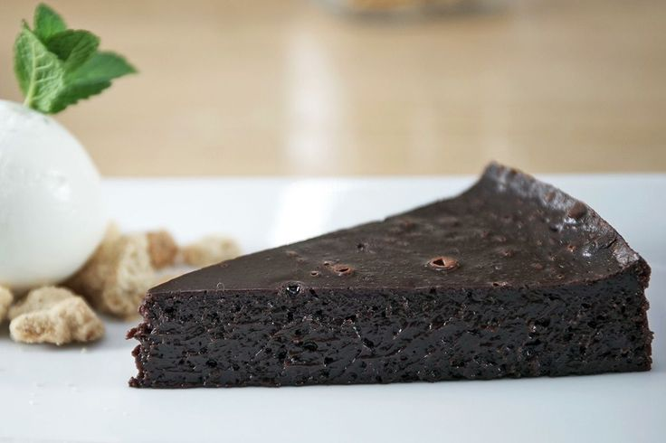 Delicious recipe for chocolate pudding pie that will remind you a chocolate soufflé. The absolute dessert for Valentine's Day.