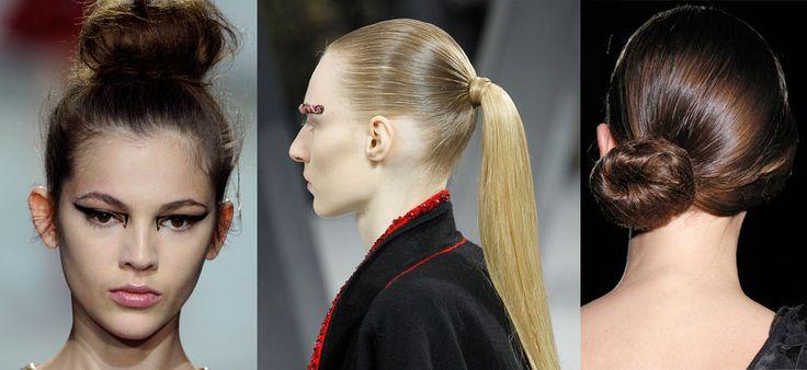 Tupera håret på hjässan för att få upp volym från hårbotten. Om du har lugg kan du gärna kamma den lite åt den motsatta sidan från där du planerar att ha knuten.   Samla håret i en låg hästsvans i höjd med ditt öra vid nackens ena sida. Tupera svansen så du får volym till knuten. Snurra svansen och fäst knuten med hårnålar.   Spraya hela håret med en fixerande spray.