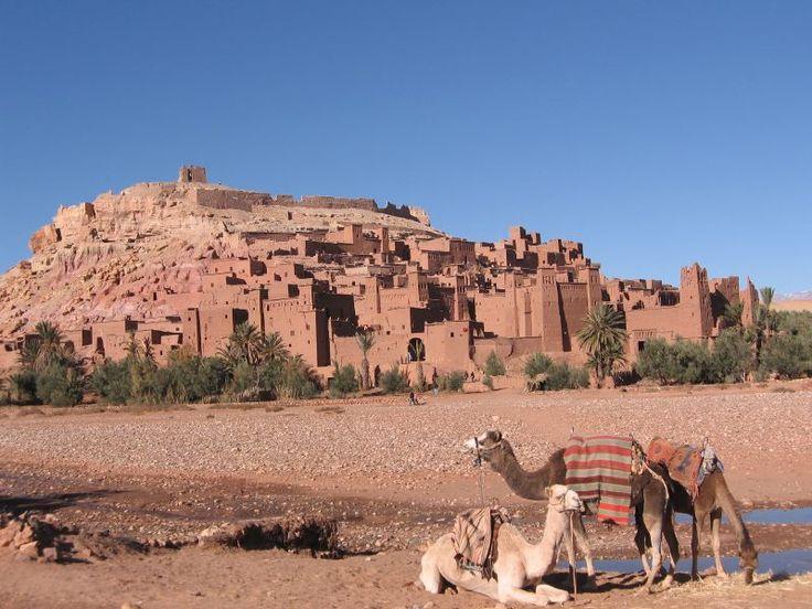 La plupart des citoyens vivant dans la région vivent maintenant dans des logements plus modernes dans un village voisin, mais il ya 4 familles qui vivent encore dans la ville antique. Cette fortification géant, qui est composée de six kasbahs et ksours près de cinquante qui sont particuliers kasbahs, est un excellent exemple de l'architecture en terre d'argile. Situé dans les contreforts du versant sud du Haut Atlas dans la province de Ouarzazate ... http://www.kasbah-ait-ben-haddou.com/