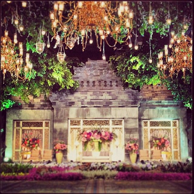 Another ceiling decor inspiration! One of the wedding decor that we adore,,, Beautiful replica of borobudur temple combined with gorgeous  chandeliers at jhcc senayan❤️ Great work by #suryantodecor @lumens_indo @rensiswenas @reizasunardi @ervin_joe cc: @iie_aja