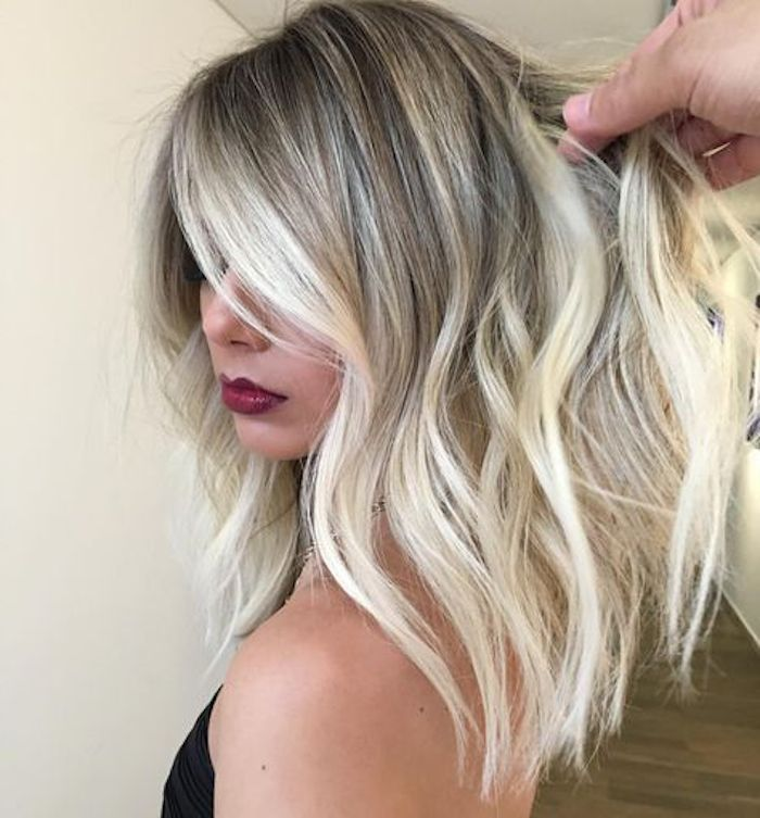 ombre haare blond mit schönen dezenten locken roter lippenstift model frau