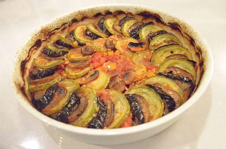 """""""Ratatouille"""" este o mâncare tradițională franțuzească absolut delicioasă, care se prepară doar din legume și ierburi aromatice și este perfectă pentru vegetarieni și cei care țin post. Această mâncare este foarte simplă și ușor de realizat, legumele se combină excelent și oferă mâncării un gust bogat și colorat. Vă recomandăm să încercați această rețetă sănătoasă …"""