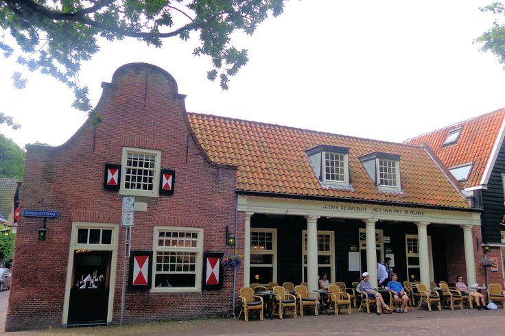 De dichter Adriaan Roland Holst woonde ook in Bergen. Hij was een van de stamgasten van het Huis met de Pilaren, een café dat nog steeds in trek is bij kunstliefhebbers.