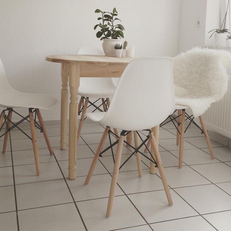 HOLA 🤓 Die neuen Stühle sind auch endlich da 💕 so langsam wird es gemütlich. Nur das Internet lässt immer noch auf sich warten.. Habt einen feinen Donnerstag 👌🏻 #interior #Design #newflat #loveit #chairs #kitchen #details #home #hem #hjem #interör #Blogger #decoration #white #happyme #scandilove #scandinavian #scandideco