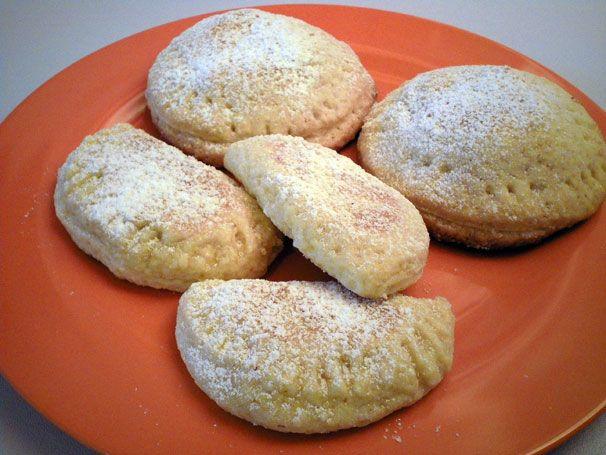 Biscotti buonissimi di pasta frolla con ripieno al cioccolato (quelli a lunetta) e mele (quelli rotondi). Ottimi a colazione o a merenda http://www.milady-zine.net/biscotti-di-pasta-frolla-ripieni-di-cioccolato-o-mele/