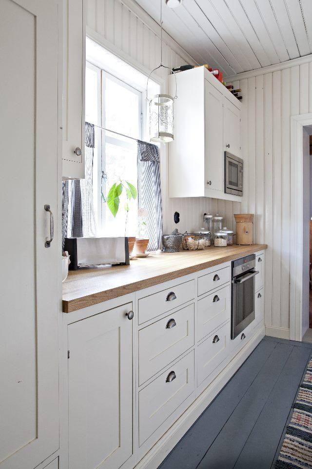 Vanhan talon uusi keittiö on perinteinen. Old house with new traditional…