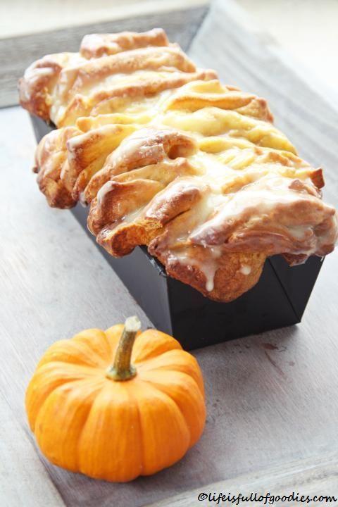 Leute, das ist das Leckerste was ich seit langem zusammengeknetet und gegessen habe!!!!!!!!!!!!!!!!!! Lockerer süßer Hefeteig mit Zimtzucker, der durch das Kürbispüree herrlich saftig ist. Himmel, ich bin begeistert!!! Der Herbst ist da, jetzt muss Kürbis verarbeitet werden. Ob als Suppe oder Kuchen, in Pasta oder Gebäck, alles ist möglich. In der Tat. Der Kürbis … Weiterlesen…