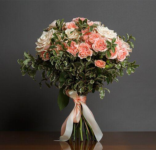 Букет из пионовидных и кустовых. роз. Роза пионовидная 7 шт.,роза куст. 7 шт.,зелень.,атлас. лента