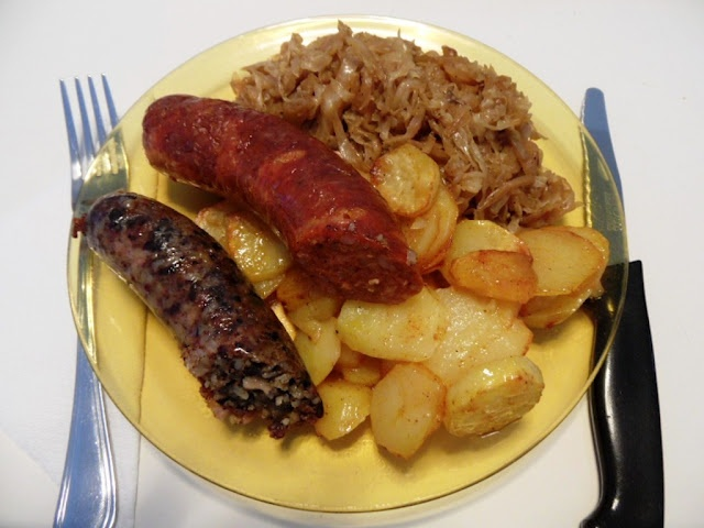 Hurka-kolbász, tepsis krumplival és párolt káposztával