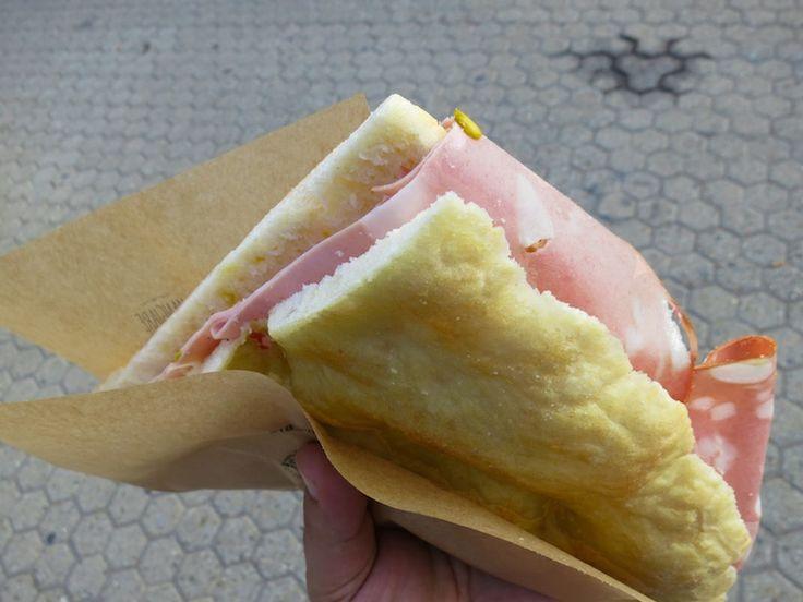 """20 metri di fila per un must del #cibodastrada #pizzaemortadella , la """"#pizzabianca"""" sbarca a Milano? #streetfood -°-°-°- Pizza #sandwich &Mortadella ( #baloney ) #streetfood"""