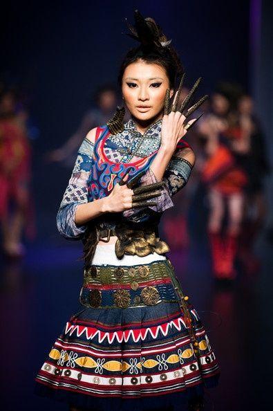 La mode ethnique des Hmongs, peuple, tribu Hmong d'Asie, du Vietnam, du Laos, de Chine, de Thailande et Birmanie, une mode de costume et broderies fines.
