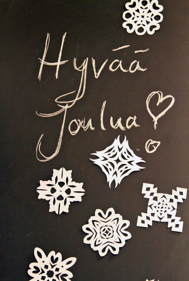 Hyvää Joulua, sähkökaappi, liitutaulu, liitutaulumaali, lumihiutaleet. Christmasdecorations.