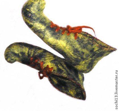 валяные башмаки. валяные мокрым способом башмаки для дома. Мужские на шерстяной шнуровке с загнутыми носами лесной расцветки, женские песочные с розовыми цветами в стиле акварель, ажурные по краю, с загнутыми носами.
