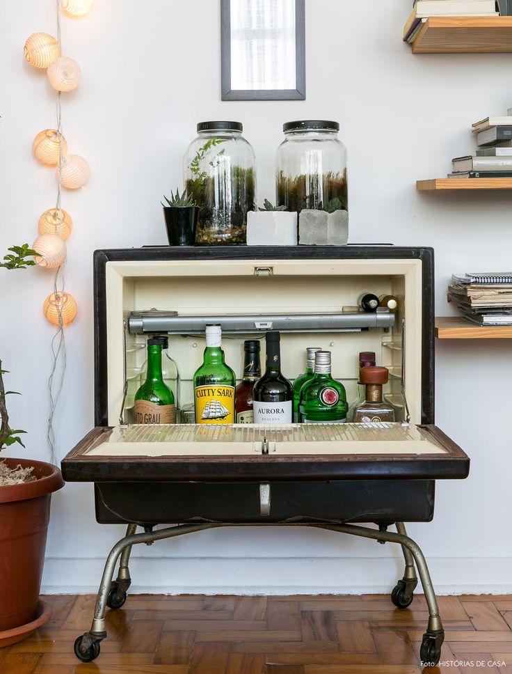Dica de decor: geladeira antiga usada como bar na sala de estar.