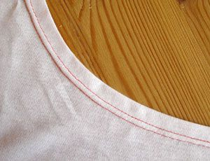 Jersey nähen - Halsausschnitt, eingefasster Halsausschnitt und Bündchen mit Zwillingsnadel