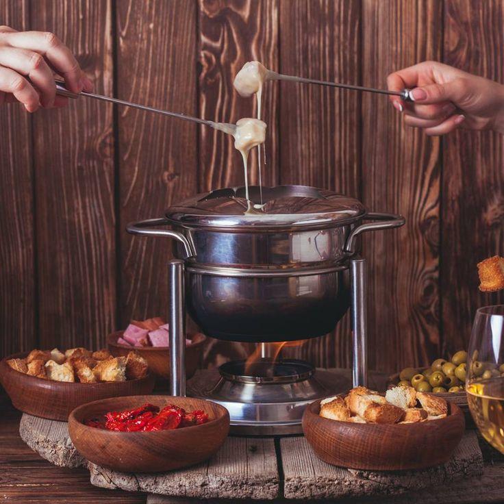 """Fondue - perfekt für lange Abende - """"Fondue ist perfekt für lange Abende mit Familie oder Freunden. Hier findet ihr unsere Tipps fürs Fondue und Rezepte für Fleisch, Saucen, Dips und Beilagen."""""""