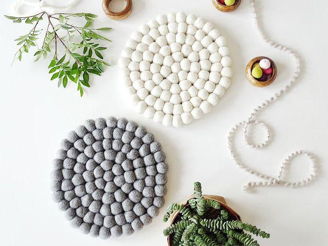 Haben Sie je an #Filzkugeluntersetzer als #Tischdeko gedacht? Hier eine schöne Inspiration in unterschiedlichen #Farben. Finden Sie mehr #Einrichtungsideen mit handgefertigten #Teppichen hier: http://www.sukhi.de/inspiration