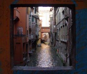 La notte dell'11 ottobre Bologna si tingerà di blu nelle vie, nei canali, nei palazzi, nei musei e negli angoli di una città mai vista. Notte blu è la festa dell'acqua della città. Una notte per tutti.