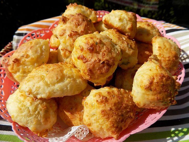 Rychle syrove bochanky            Sýr nastrouháme na jemno. Mouku smícháme s práškem, solí a bylinkami. Přidáme jogurt a vejce s mlékem. Dochutíme bylinkami nebo kořením.Nakonec...