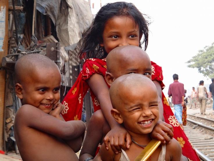 バングラディシュにて。子供たちの笑顔は無条件に僕を笑顔にしてくれる。... on Twitpic