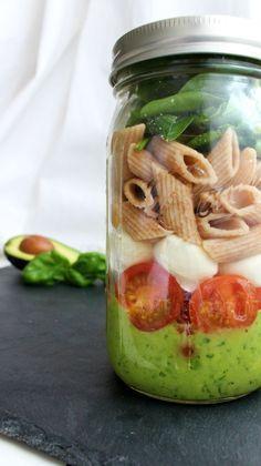 Gesunder Lunch im Büro: Salat im Glas - einfach schütteln und genießen.