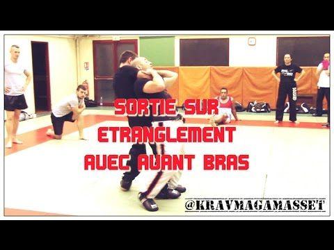 Technique de self défense type krav maga ou penchak silat  contre un étranglement arrière avec l'avant bras.  Retrouvez-nous sur les médias sociaux: Facebook: @KRAVMAGAMASSET Twitter : https://twitter.com/KRAVMAGAMASSET Le site : http://www.kravmaga-st-go.com/ Instagram : https://www.instagram.com/KRAVMAGAMASSET/ http://kravmaga.skyrock.com/ SELF DEFENSE STGO - SELFSTGO.  Nos partenaires privilégiés:  http://www.platrerie-morales.fr/ http://benedictevoisin.com…