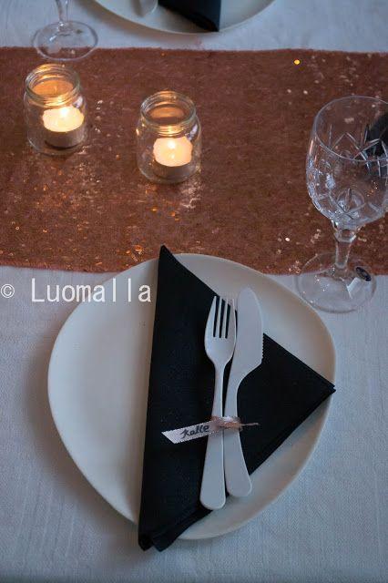 Luomalla-blogin kattauskokeilussa ruusukultaa, blingiä ja mustaa. Dunin Ecoecho- lautaset ja aterimet. Lautasliinat ovat Brilliancet, jotka ovat paksummat ja isommat kuin ne perusmallit ja näissä on myös vähän kimalletta seassa.