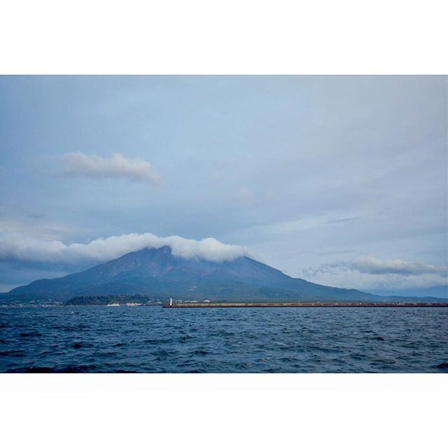 【tkz29】さんのInstagramをピンしています。 《#桜島 #鹿児島 #九州 #海 #空 #雲 #かっこいい #kyushu #Japan #ocean #sea #sky #cloud #mountain #wave #夕方  #nature #blue #sky #place #nikon #love #art_of_japan_ #instagramjapan #followme  #evening #写真撮ってる人と繋がりたい  明日4時起きフルマラソン😭 鹿児島まで来てマラソンは地獄やー》