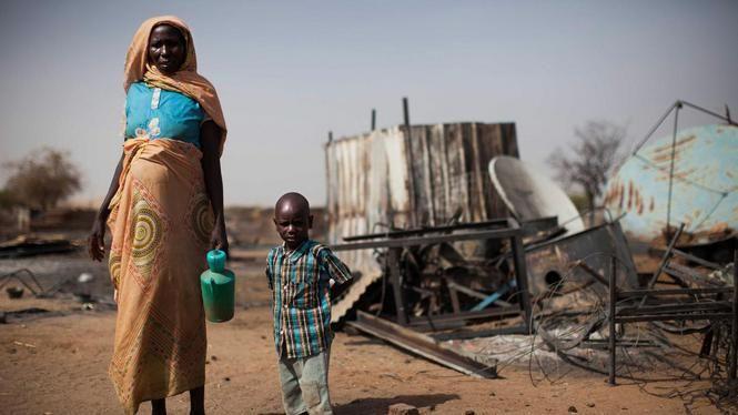 Een ontheemde vrouw en haar kind in Darfur.