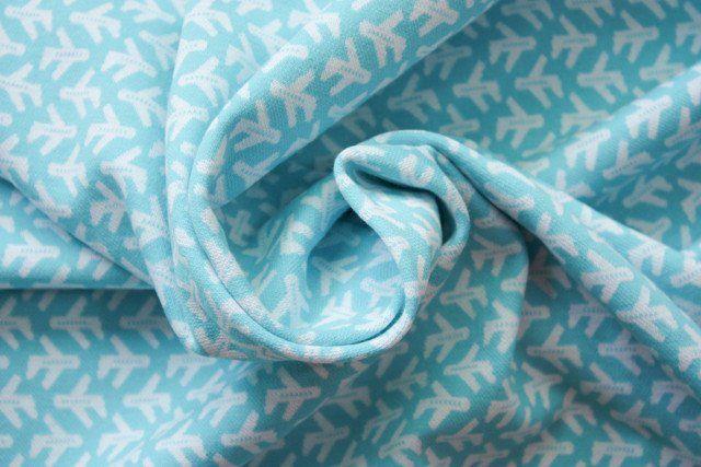Dikke tricot met ingebreid motief. Voelt aangenaam zacht en vormvast. Geschikt voor allerlei sportieve kleding zoals vestjes, broekjes, truitjes, rechte jurken