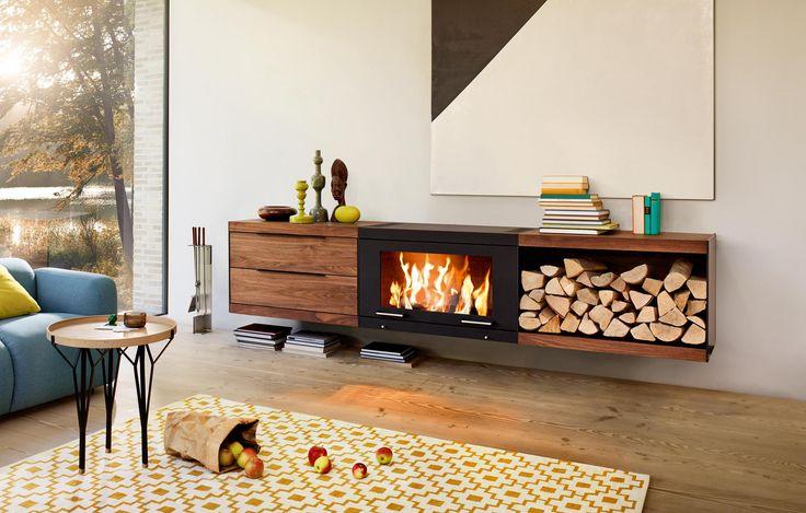 Podwieszany piec Balance z dedykowanymi modułami w postaci szuflad i półki na drewno.