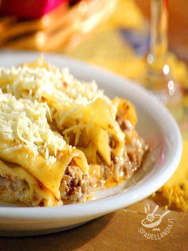 Cannelloni with meat sauce of sausage - La domenica non si può chiamare tale se sulla tavola non ci aspetta un bel piatto di Cannelloni al ragù di salsiccia! Da leccarsi i baffi...