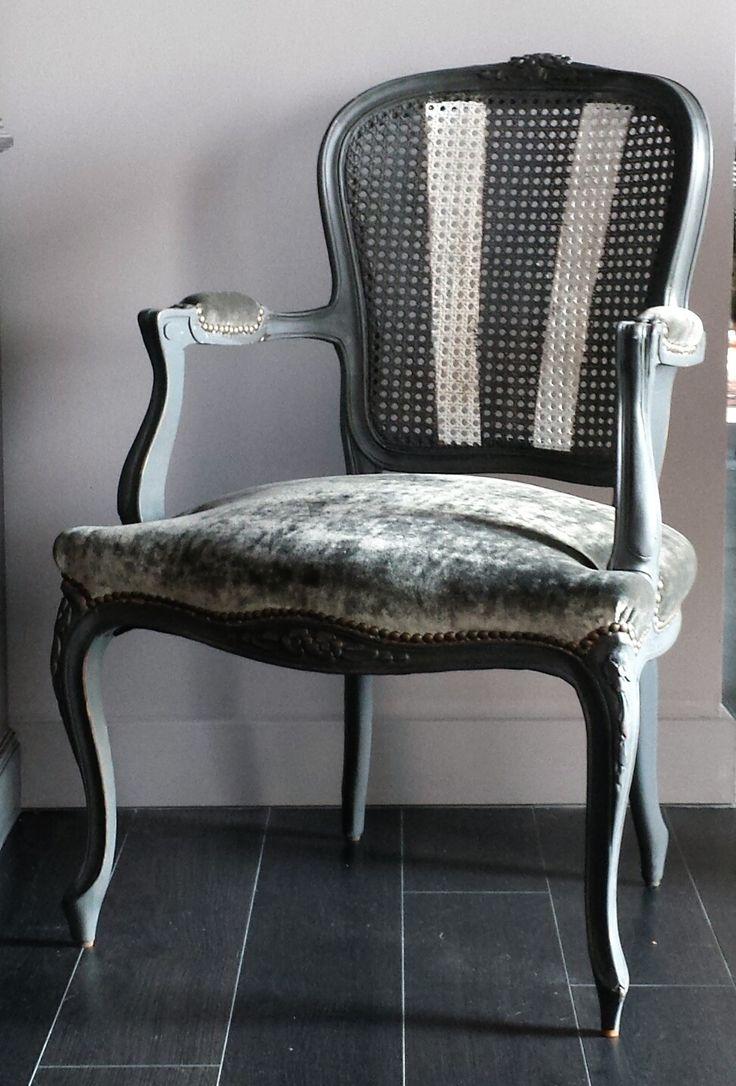 curva decapado en gris envejecido, rejilla decorada y tapizado en gris