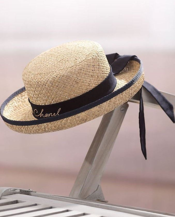 """La paglietta, o """"canotier"""" come la chiamano in Francia, è quel cappello di paglia dalla falda circolare e dalla cupola dritta e piatta, spesso circondata da un nastro, nato come copricapo maschile (chi non ricorda il celebre quadro """"Le déjeuner des canotiers"""" di Renoir?) ma che d"""