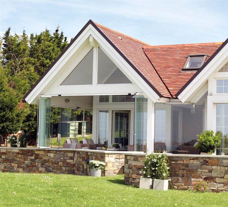 descubre una casa estilo hamptons en santander madera blanca techo a dos aguas