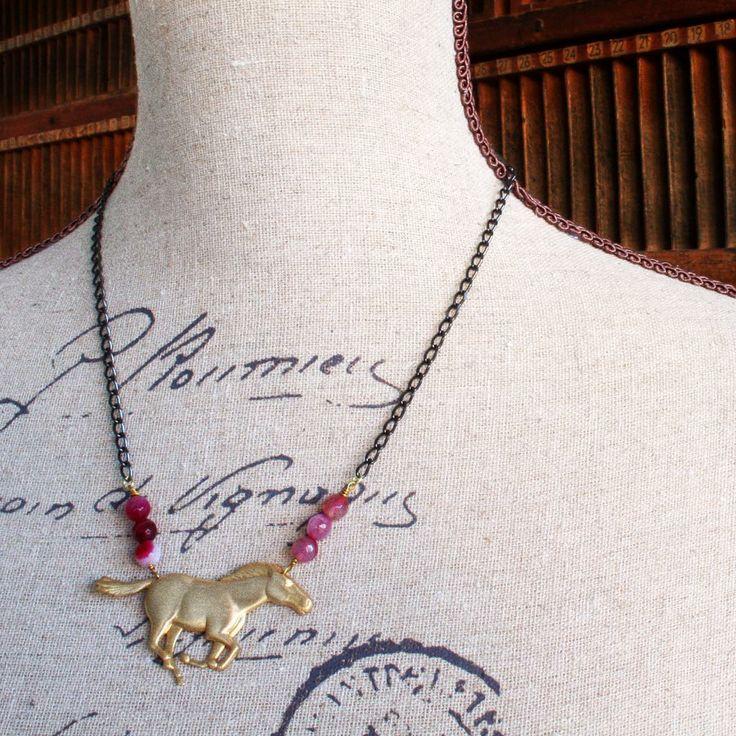 Collar Caballo. Caballo de latón en acabado satinado, con ágatas rosadas y cadena de latón en dos colores, dorado y pavón. Disponible en www.conspiradoras.bigcartel.com
