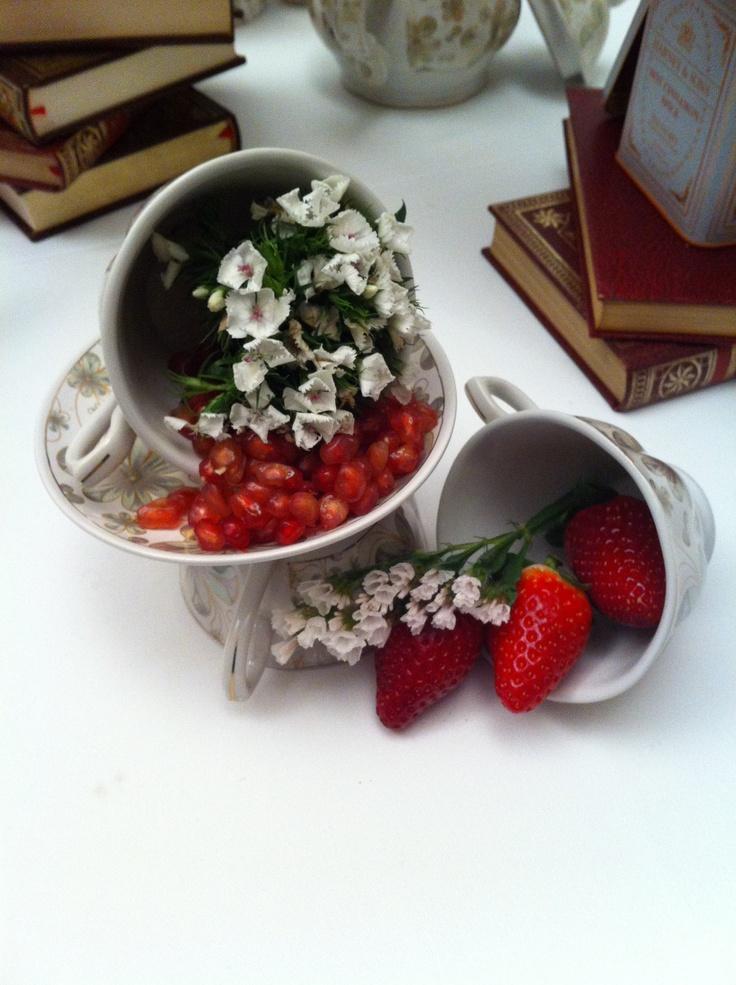 Shabby Chic. Fresas y granos de granada formaban parte de la decoración de esta mesa.