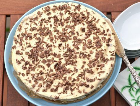Fryst Daimtårta. En glasstårta eller glasskaka med Daim och marängbotten med mandel.