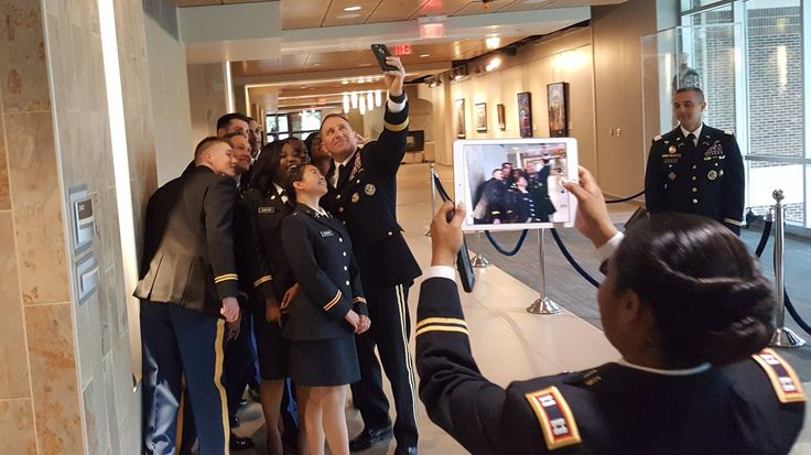 """Uživatel Drew Brooks na Twitteru: """"The commander of @FORSCOM, @DogFaceSoldier, poses with soon-to-be commissioned @USArmy cadets at @uncfsu https://t.co/NaUWy2dy4I"""""""