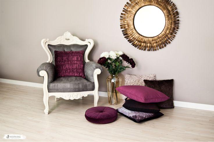 Beerentöne sind in Kombination mit Gold ein absolutes MUSS! Mit diesen farblich aufeinander abgestimmten Wohnaccessoires wie Kissen, Blumen oder dem Spiegel gebt Ihr Eurem Wohnzimmer einen total harmonischen Look! #berry #flowers #livingroom