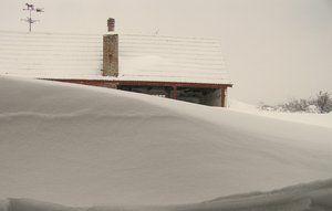 Hvis der er risiko for at sne inde - som på fotoet her - er det en god ide at fylde køleskabet op på forhånd.