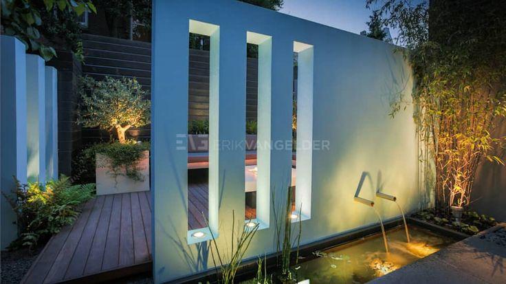 Blauwe muur in kleine tuin 30m2: mediterrane Tuin door ERIK VAN GELDER | Devoted to Garden Design