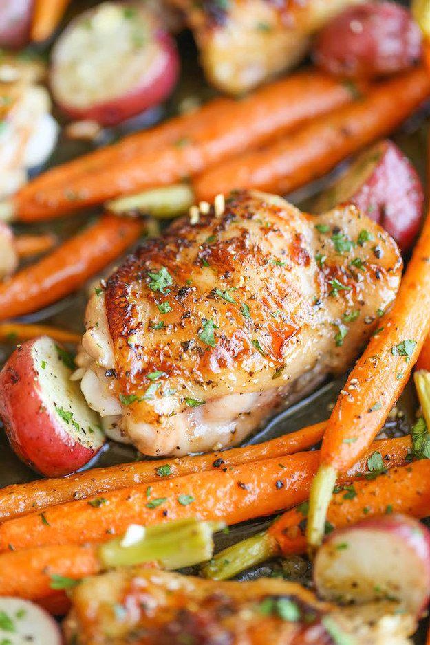 Pollo con vegetales y aderezo de ajo   27 Cenas de poco estrés que puedes preparar en una cacerola