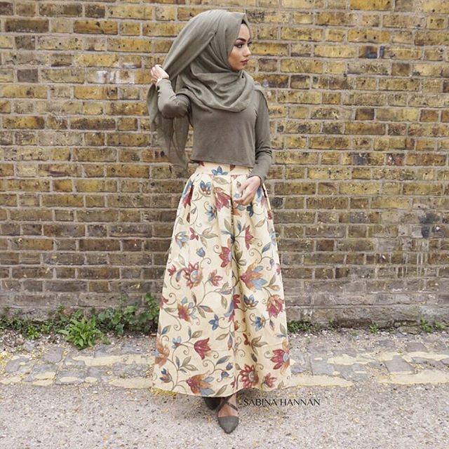 Skirt from @rumaali_ she makes lovely unique pieces. At first I didn't know what to style the skirt with but I decided to go with a khaki crop top from @hm khaki hijab and khaki heels from @newlookfashion I love they way it turned out