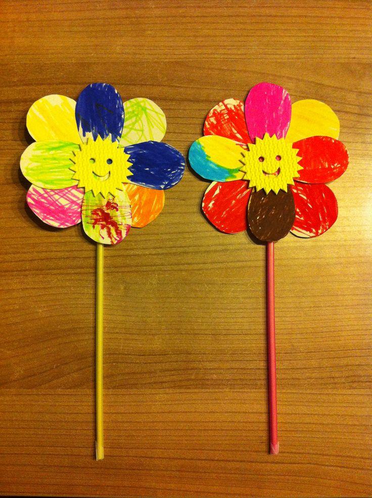 bloem gemaakt van karton of papier, met rietje -> en sateprikker erin voor de stevigheid. straw flower