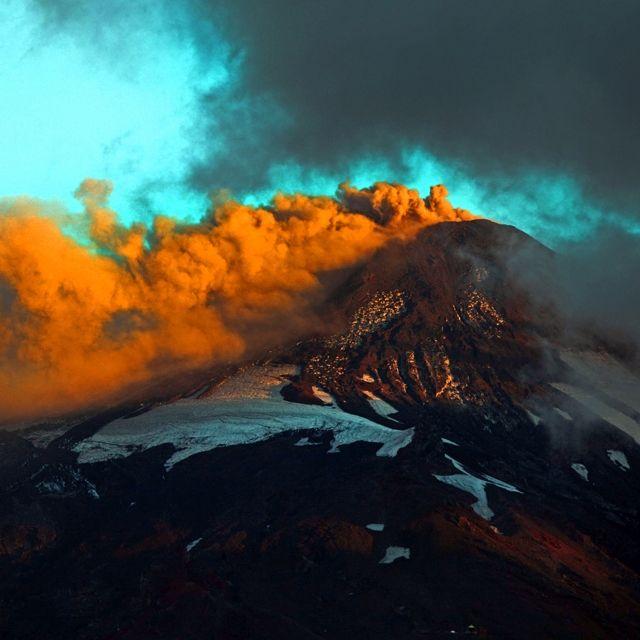 L'emissione di fumo e cenere del vulcano #Villarrica a Pucón, nel sud del #Cile