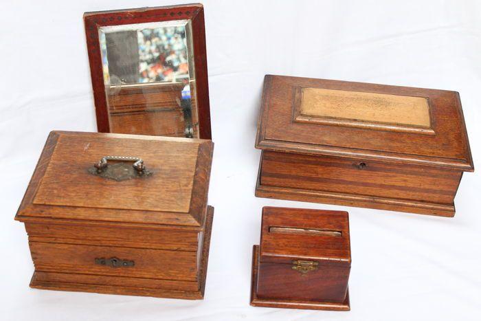 Veel 4 antieke houten stukken  Veel 4 houten antieke stukken van Franse en Belgische herkomstDe partij bevat: 2 sieraden dozen die in goede staat een sigaret vak in zeer goede staat 1 kristallen spiegel en houten frameAfmetingen:De grote doos: hoogte: 11 cm breedte: 295 cm x 18.3 cm gewicht: 1350 gDe middellange vak: hoogte: 13 cm breedte: 217 cm x 16.8 cm gewicht: 1250 gSpiegel: Hoogte: 235 cm breedte: 16.8 cm gewicht: 600 gSigaret vak: hoogte: 8.6 cm breedte: 12.5 cm x 10 cm gewicht: 280 g…