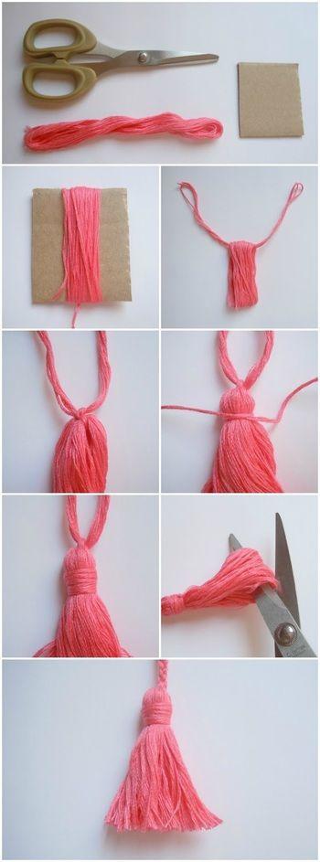 毛糸をダンボールや厚紙に巻き付けて、外す際に同じ毛糸を輪っかに通し、上1/4部分をぐるぐる巻きでひとまとめにし、下部分をはさみでカットすればタッセルの完成!そのまま使ったり、その他にも様々な小物が作れます。
