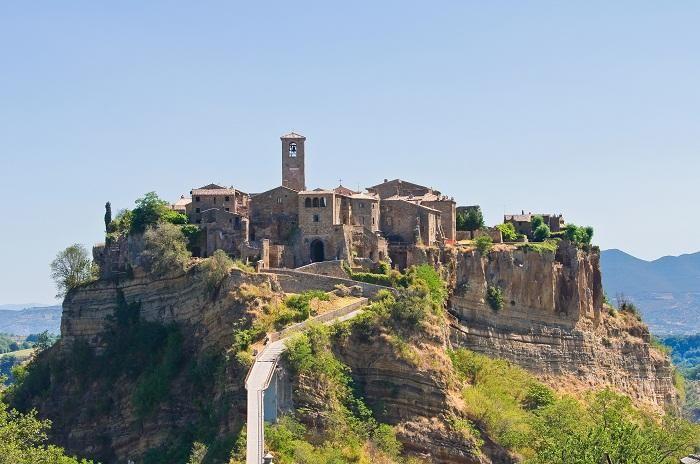 """Civita di Bagnoregio, Italia Chiamata anche """"la città che muore"""", Civita di Bagnoregio è un gioiello nel cuore del Lazio, nel Viterbese."""