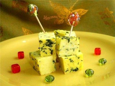 Домашний сыр с карри и укропом.... Молоко (скисшее или простокваша) — 1 л   Сметана (чем жирнее - тем лучше) — 4 ст. л.   Яйцо куриное — 4 шт   Карри — 0,5 ч. л.   Укроп (несколько веточек)   Сок лимонный — 1 ч. л.   Перец черный (на кончике ножа)   Соль — 1 ст. л.